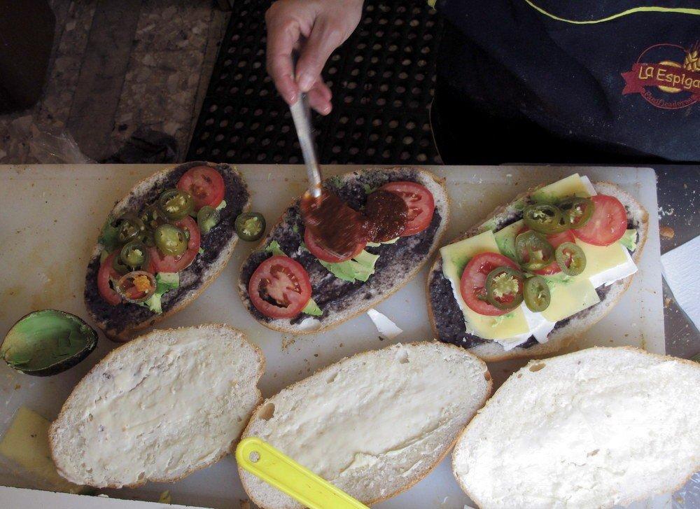 מוסיפים גבינה, עגבניות, חלפניו כבוש וסלסה חריפה